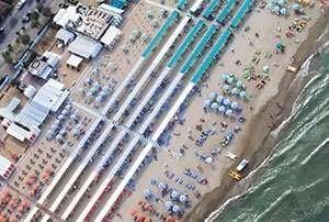 Spiaggia 54 Riccione - ombrelloni, lettini e tende.