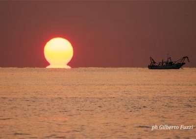 Spiaggia 54 Riccione - Sorgere del sole e peschereccio