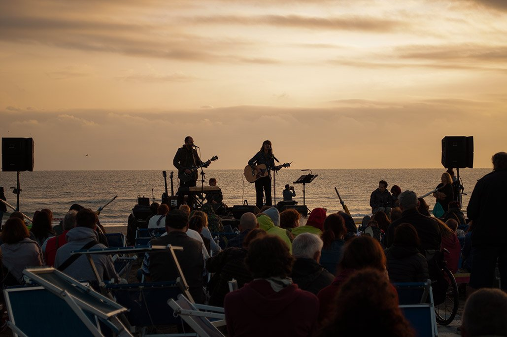 Spiaggia 54 Riccione - Canto al sorgere del sole in riva al mare