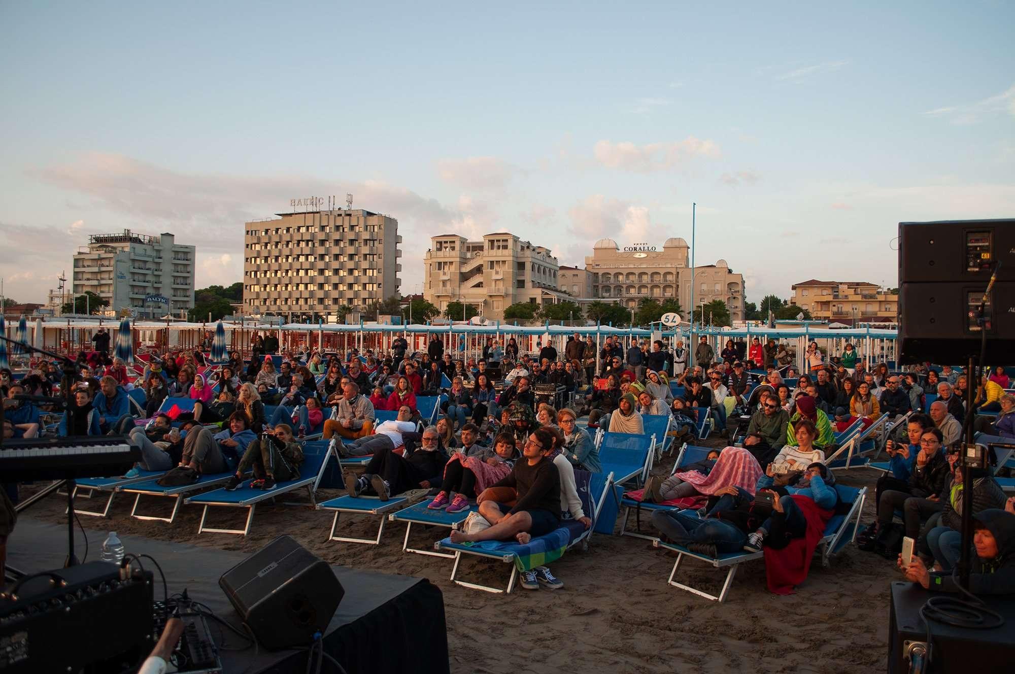 Spiaggia 54 Riccione - Grande presenza di pubblico.