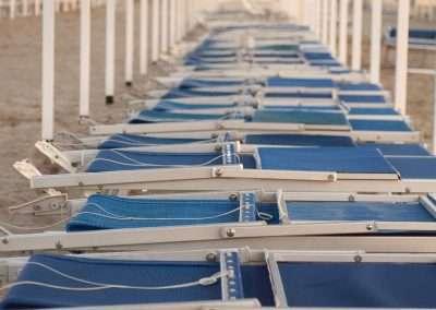 Spiaggia 54 Riccione - Lettini e tende in spiaggia.