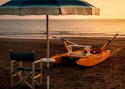 ombrellone e pattino sulla spiaggia a Riccione