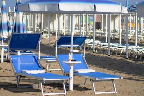 ombrellone con 2 lettini in spiaggia 54 riccione