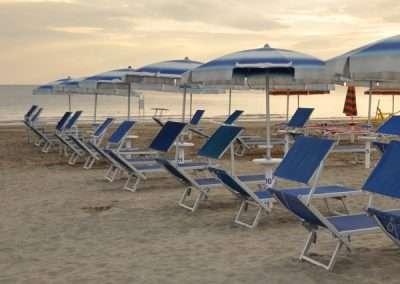 ombrellone con 2 lettini vicino la battigia in spiaggia a riccione
