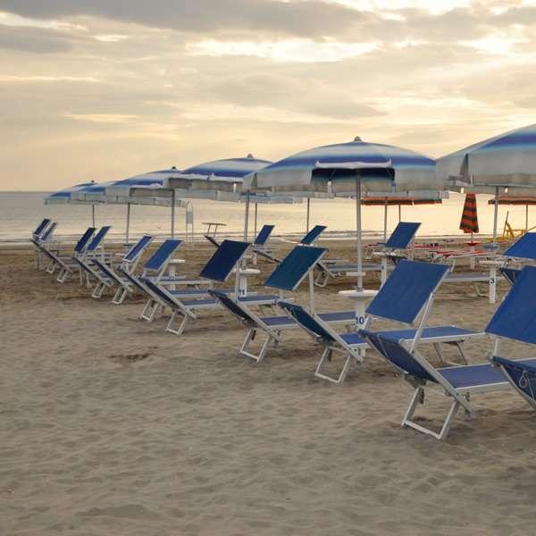 ombrellone in battigia spiaggia riccione