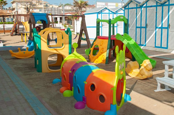 Spiaggia 54 Riccione - ombrelloni, lettini e giochi in zona centrale.