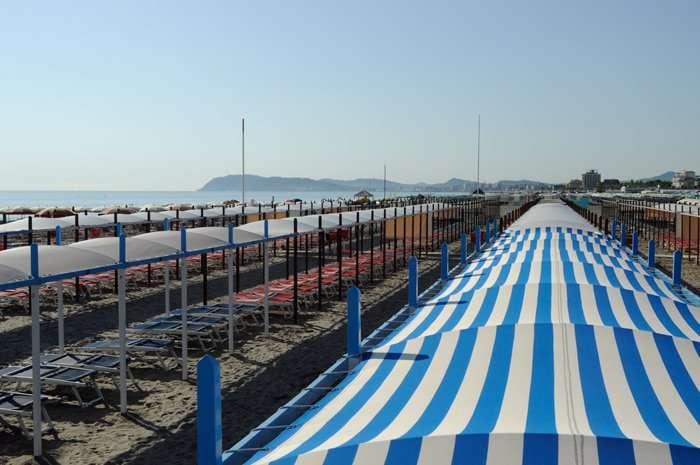 tende allineate sulla spiaggia di riccione